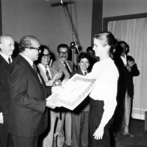 1985-receiving-from-Alirio-Diaz-the-1st-prize-in-the-Alessandria-competition-